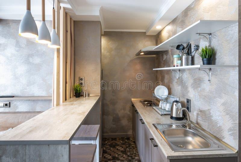 Interno della cucina in una piccola stanza dello studio immagini stock