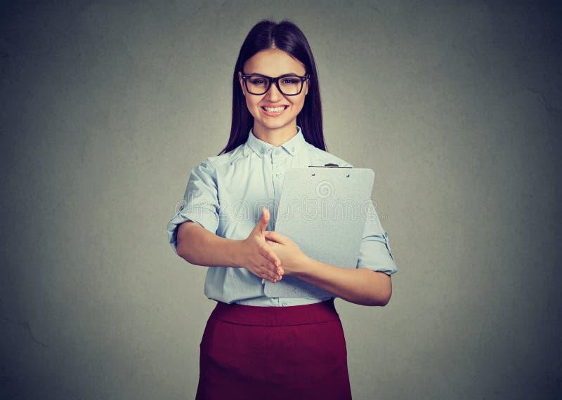 Interno della donna di affari che dà una stretta di mano immagini stock