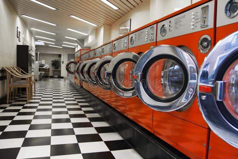 Interno della lavanderia automatica fotografie stock libere da diritti