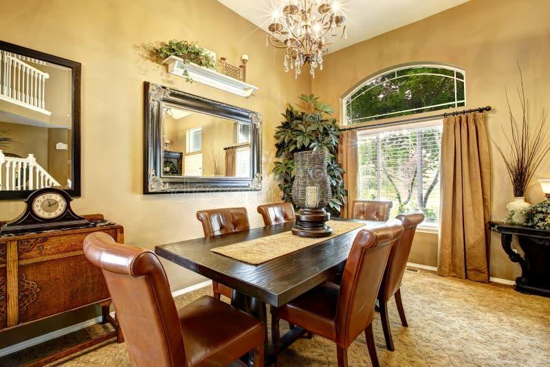 Interno della sala da pranzo in casa di lusso fotografia for Pianta della sala da pranzo