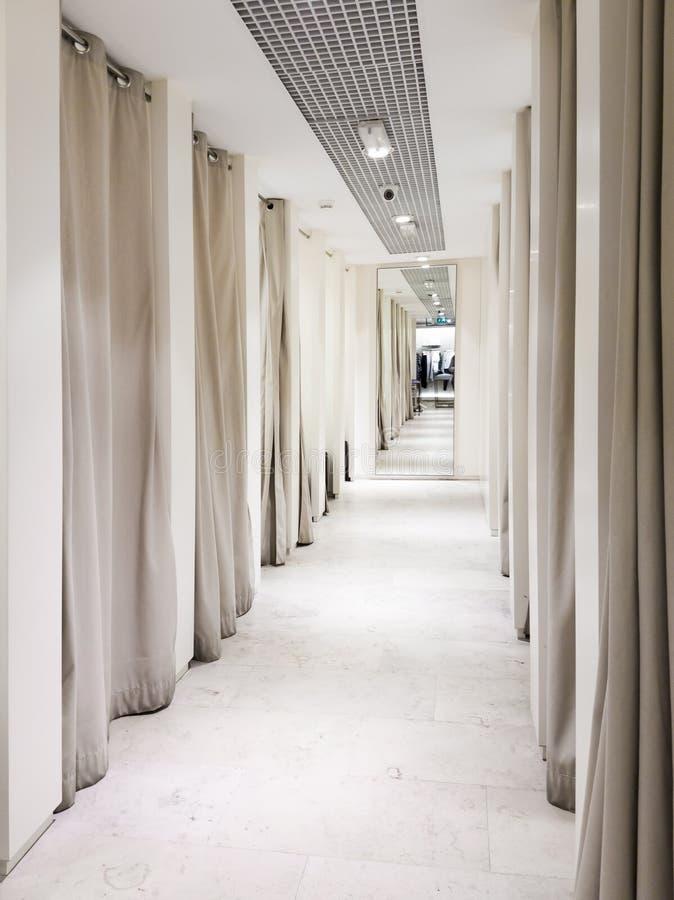 Interno della stanza adatta in un centro commerciale fotografie stock