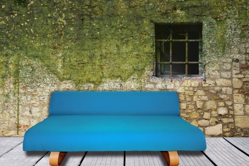 Interno della stanza con il sofà blu e la parete muscosa illustrazione di stock