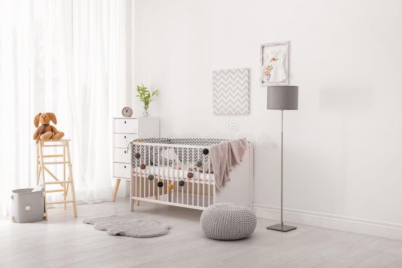 Interno della stanza del bambino con la greppia immagine stock libera da diritti