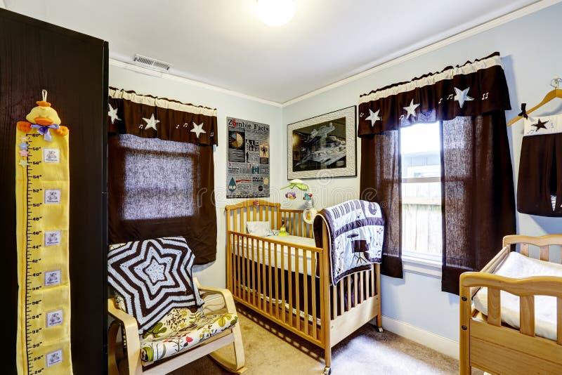 Interno della stanza della scuola materna con la greppia e la sedia di oscillazione immagine stock