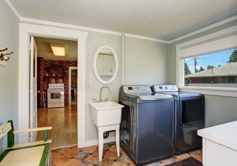 Interno della stanza di lavanderia con gli apparecchi grigi fotografia stock