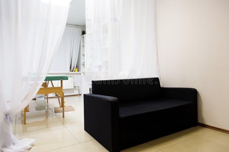 Interno della stanza di massaggio nel centro di benessere fotografia stock libera da diritti