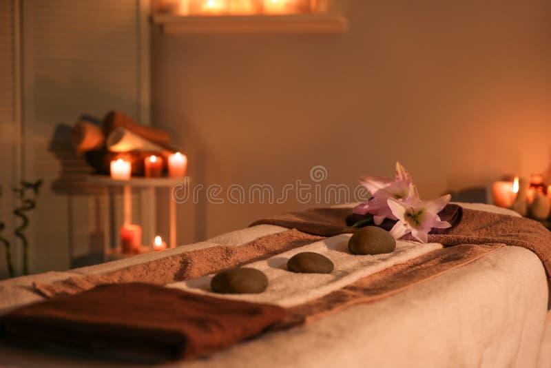 Interno della stanza moderna di massaggio immagini stock libere da diritti