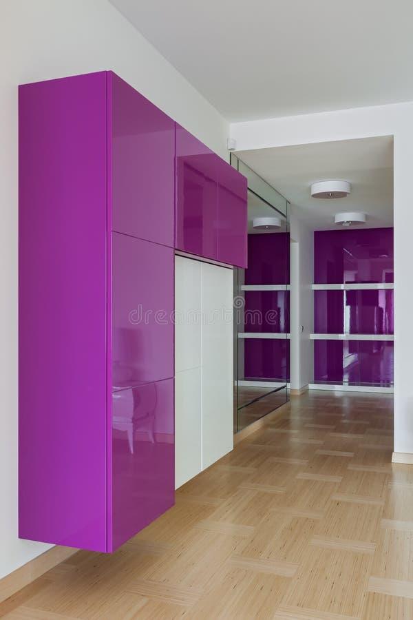 Interno della stanza vuota del guardaroba nei colori rosa fotografie stock