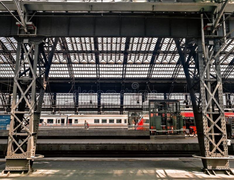 Interno della stazione ferroviaria centrale di Colonia fotografia stock libera da diritti