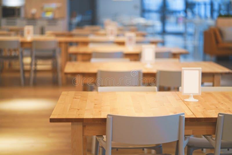 Interno della tavola di legno nel centro commerciale della corte di alimento centro dell'alimento nel grande magazzino immagini stock