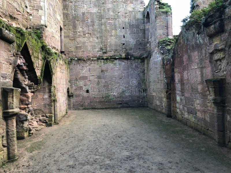 Interno delle rovine del castello di Spofforth in Yorkshire Inghilterra fotografia stock