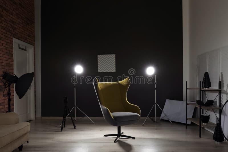 Interno dello studio moderno della foto con la poltrona fotografia stock