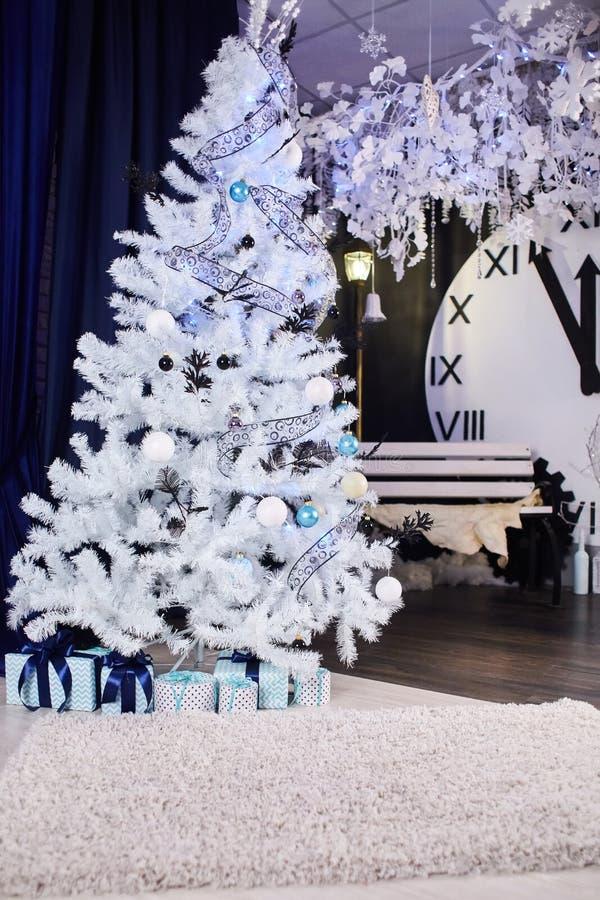Interno di bella stanza con le decorazioni di Natale immagine stock