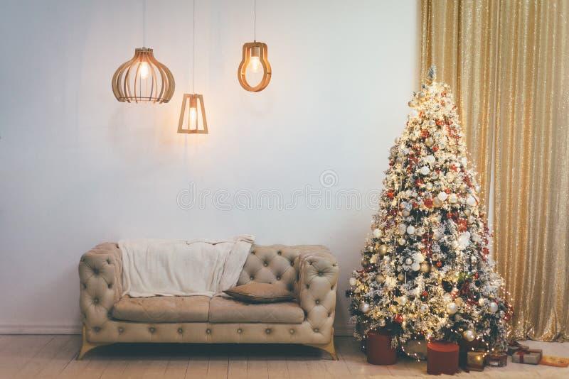 Interno di bella stanza decorato per il Natale immagini stock libere da diritti