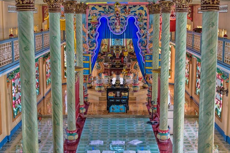 Interno di Cao Dai Temple nel delta Vietnam del sud del Mekong fotografia stock