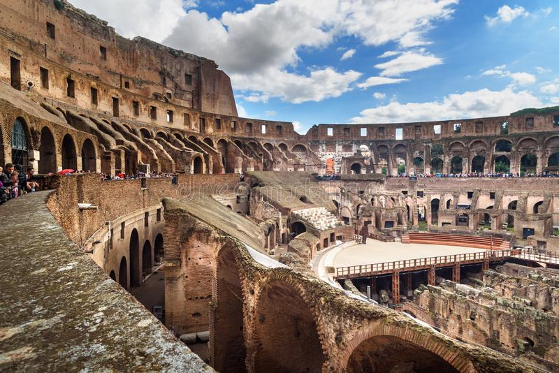 Interno di Colosseum o di Flavian Amphitheatre a Roma L'Italia fotografia stock