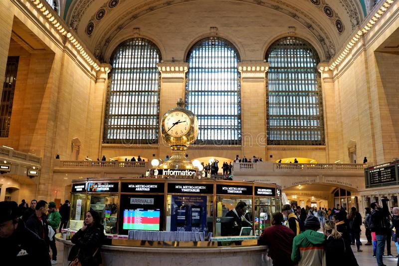Interno di concorso principale del terminale di Grand Central con l'orologio e la gente che camminano intorno Belle finestre nei  fotografie stock libere da diritti