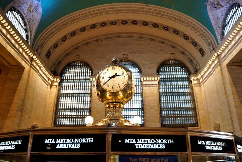 Interno di concorso principale del terminale di Grand Central con l'orologio e la gente che camminano intorno Belle finestre, sof immagine stock libera da diritti