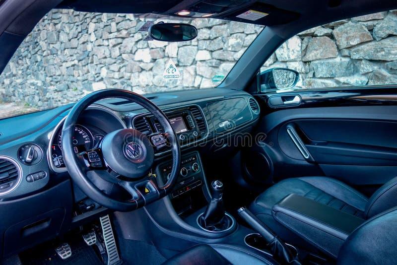 Interno di cuoio di lusso dell'automobile del coupé, volante di sport, decalcomanie del carbonio, grande visualizzazione, calibri fotografia stock libera da diritti