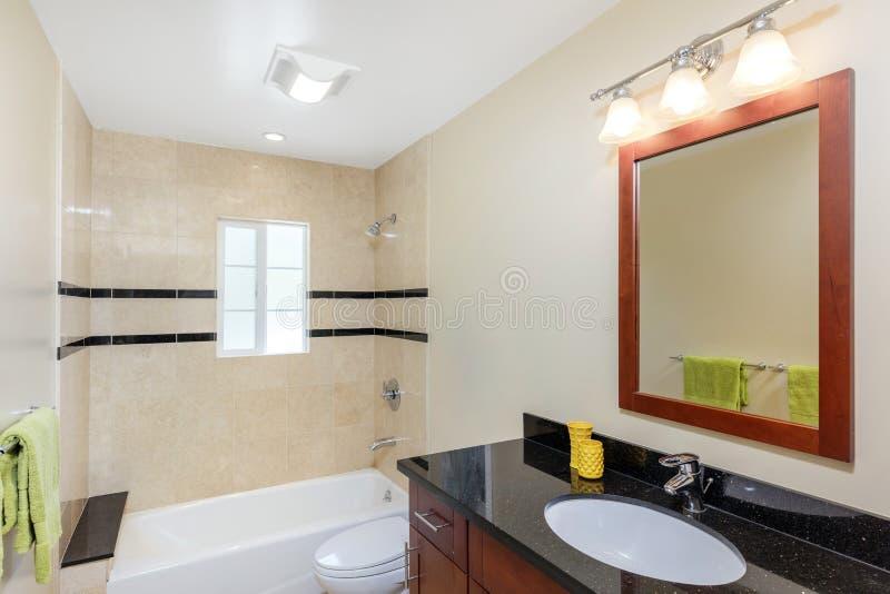 Interno di lusso del bagno moderno con lo specchio fotografie stock