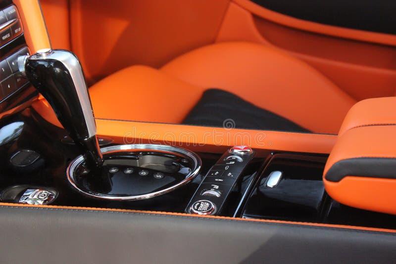 Interno di lusso dell'automobile - volante, leva dello spostamento e cruscotto fotografie stock libere da diritti