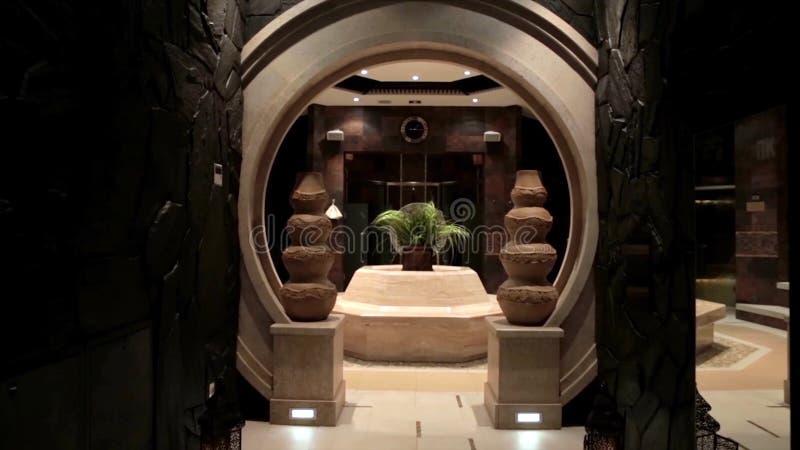 Interno di lusso dell'ingresso con le statue ricezione dell'hotel con le statue Interno di lusso dell'ingresso Interno dell'ingre fotografia stock libera da diritti