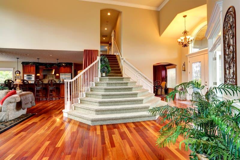 Interno di lusso della casa atrio con la bella scala for Interno della casa