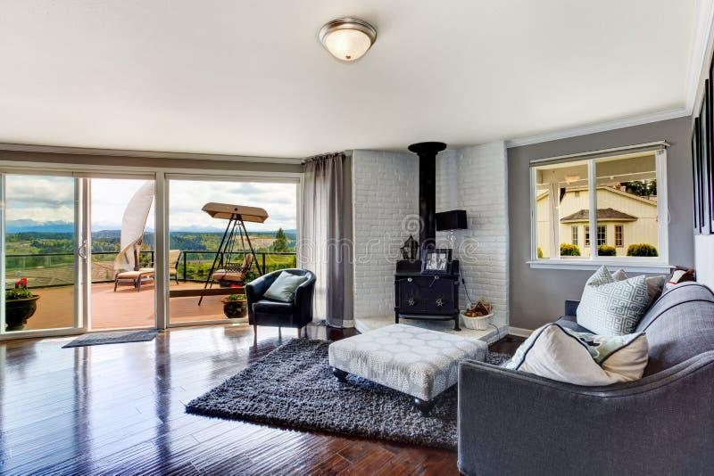 Interno di lusso della casa stanza con la piattaforma for Interno casa antica
