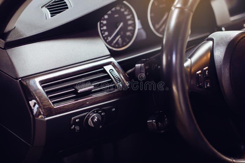 Interno di lusso moderno dell'automobile - volante, leva dello spostamento e cruscotto fotografia stock