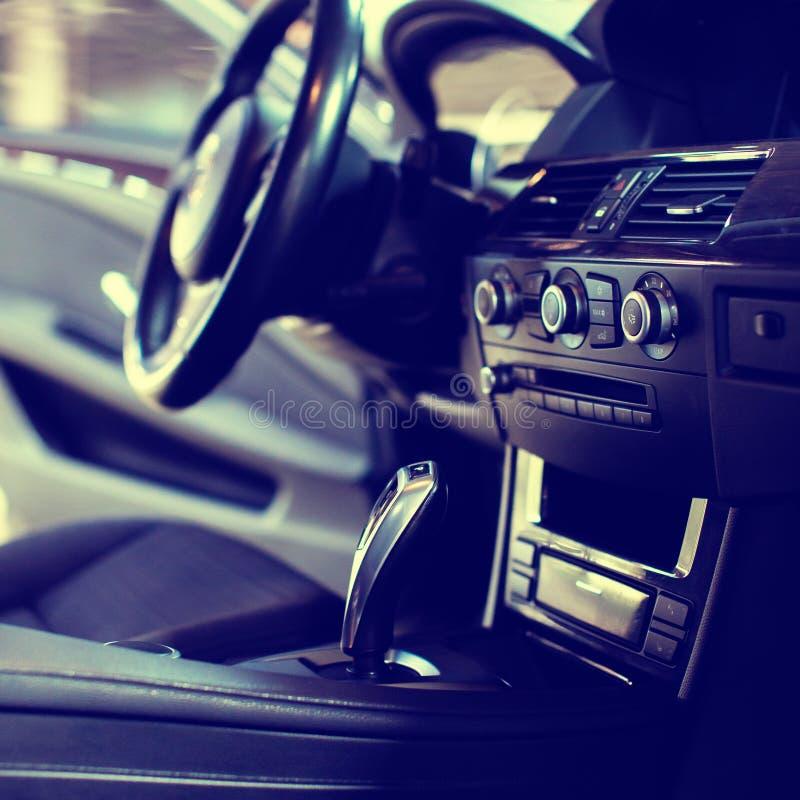 Interno di lusso moderno dell'automobile - volante, leva dello spostamento e cruscotto immagini stock