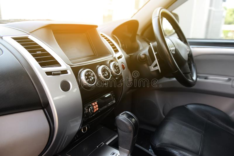 Interno di lusso moderno dell'automobile - volante, spostamento della pagaia con l'attrezzatura di musica e pannello di controllo fotografia stock libera da diritti