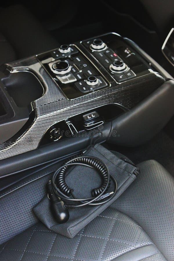 Interno di lusso scuro dell'automobile sintonizzazione Karbon fotografia stock