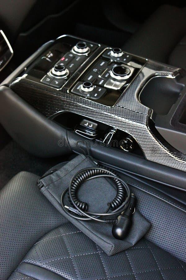 Interno di lusso scuro dell'automobile sintonizzazione Karbon Particolare interno immagine stock libera da diritti