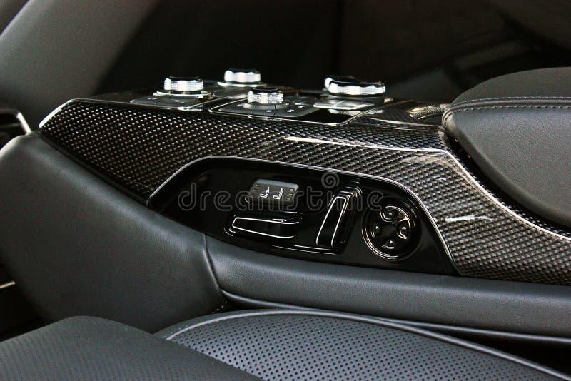 Interno di lusso scuro dell'automobile sintonizzazione Particolare interno immagine stock
