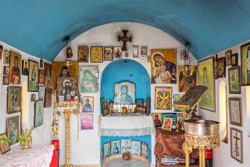 Interno di piccola cappella greco ortodossa dal mare vicino a Chania in Creta Grecia immagini stock libere da diritti