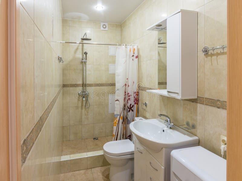 Interno di piccolo bagno combinato fotografia stock libera da diritti