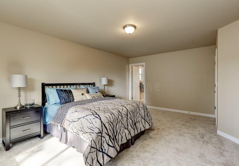 Interno di progettazione semplice della camera da letto della donna beige immagini stock libere da diritti