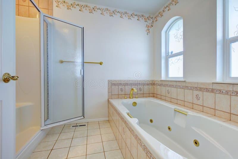 Interno di rinfresco del bagno con la disposizione della parete delle mattonelle fotografie stock
