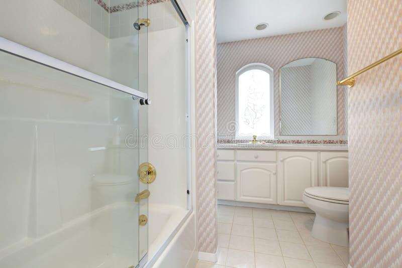Interno di rinfresco del bagno nei colori morbidi immagini stock