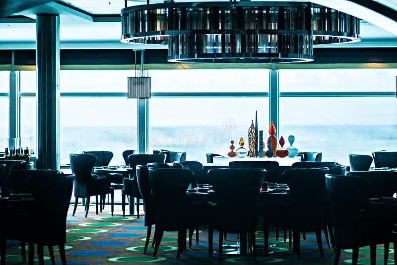 Interno di sala da pranzo lussuosa fine in ristorante fotografie stock