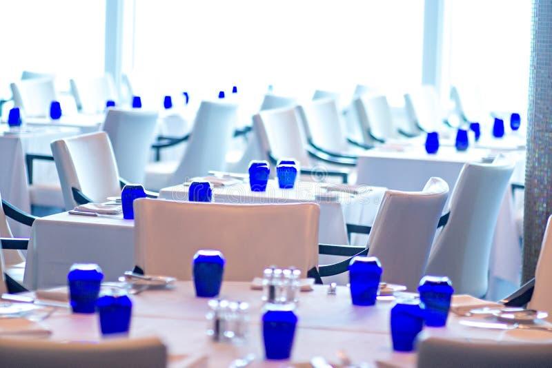 Interno di sala da pranzo lussuosa fine in ristorante fotografia stock