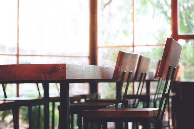Interno di sala riunioni dentro l'insieme di legno della tavola dell'ufficio di conferenza fotografia stock libera da diritti