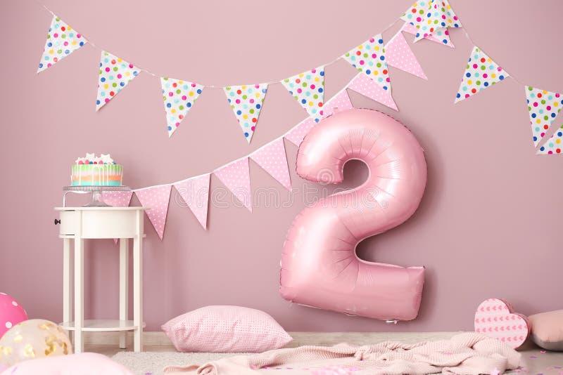 Interno di stanza decorato per la seconda festa di compleanno fotografia stock libera da diritti
