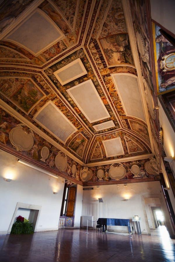 Interno di stanza nella casa storica fotografia stock for Piccoli piani di casa storica