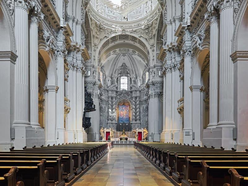 Interno di Theatinerkirche a Monaco di Baviera, Germania immagine stock libera da diritti