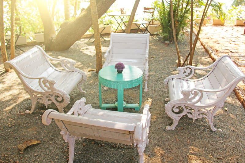 Interno di tiffany Bello caffè di estate nei colori tiffany E immagini stock