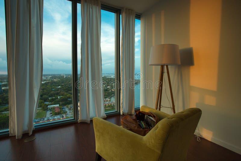 Interno di un appartamento ammobiliato con la vista su Miami Beach immagini stock