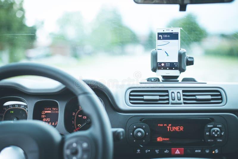 Interno di un'automobile moderna un giorno soleggiato Smartphone sul supporto mobile, utilizzato come dispositivo di navigazione fotografia stock