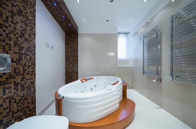 Interno di un bagno di lusso con la vasca di Jacuzzi fotografia stock