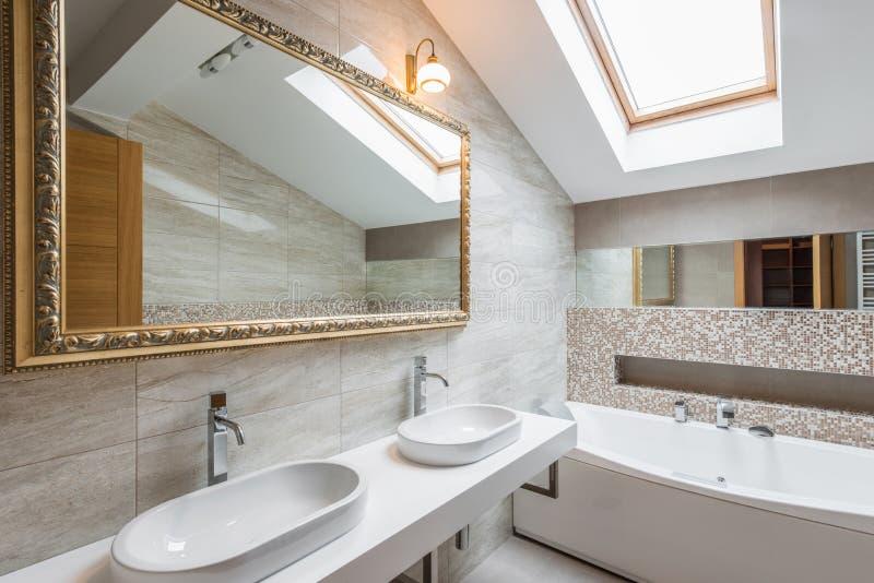 Interno di un bagno di lusso in appartamento del sottotetto fotografia stock